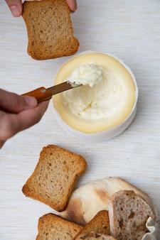 Nie do poznania osoba biorąca miękki ser