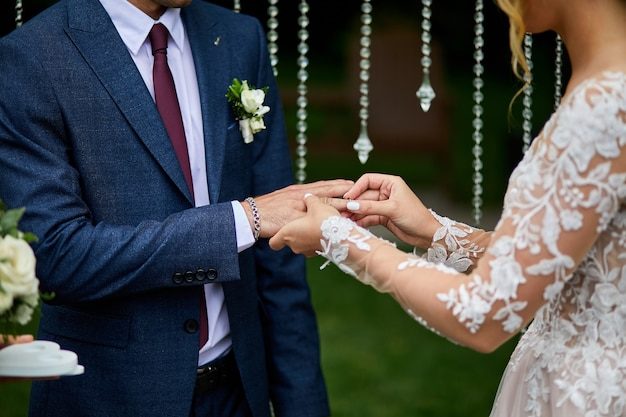 Nie do poznania państwo młodzi wymieniają się obrączkami na weselu