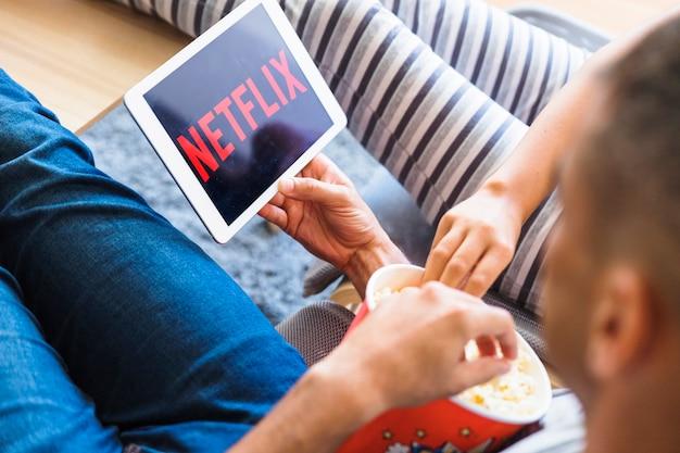 Nie do poznania para z popcornem oglądania serii w salonie