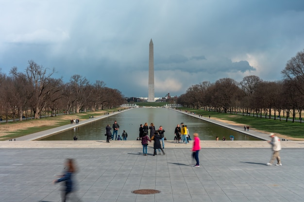 Nie do poznania różni turyści odwiedzają pomnik abrahama lincolna, w którym można zobaczyć pomnik waszyngtonu