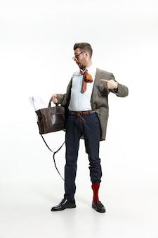 Nie ma czasu na poranek. młody człowiek przychodzi do pracy wymięty i nieporządny, bo to termin. nie ma czasu na ubranie. pojęcie kłopotów, biznesu, problemów i stresu pracownika biurowego.