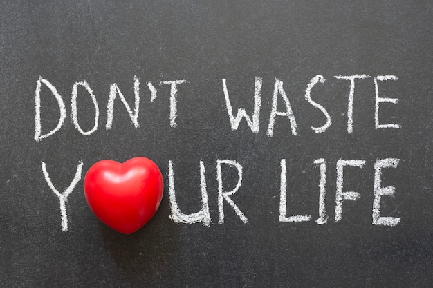 Nie marnuj swojej frazy życia odręcznie napisanej na tablicy z symbolem serca zamiast o