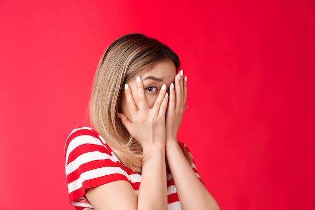Nie patrzę, przysięgam, urocza, zerkająca młoda dziewczyna zamyka oczy, dłonie odwracają wzrok, ciekawie patrzą na jedno oko...