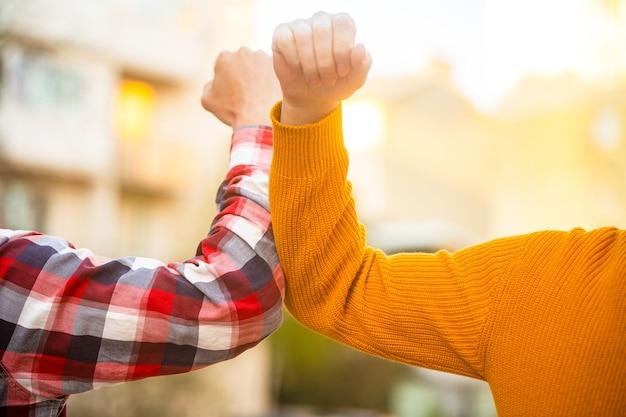 Nie podawaj sobie rąk. przestań uścisk dłoni. koronawirus epidemia.