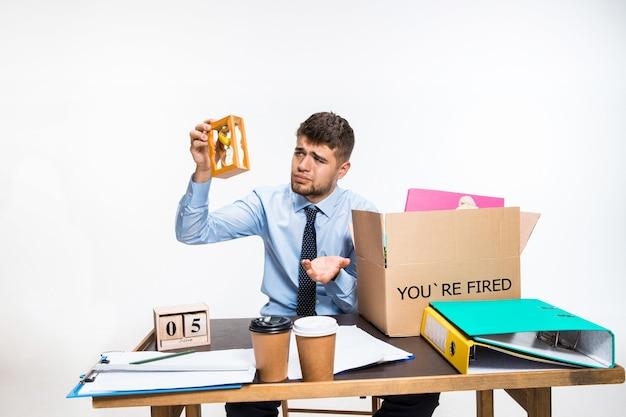 Nie radził sobie z obowiązkami. pojęcie kłopotów pracownika biurowego, biznesu, reklamy, problemów z rezygnacją.