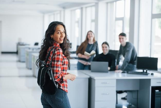 Nie widziałem cię tam. grupa młodych ludzi w ubranie pracujących w nowoczesnym biurze