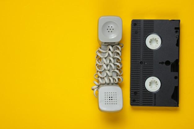 Nieaktualna słuchawka, kaseta wideo na żółto