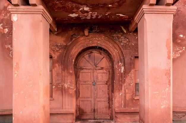 Nieaktywne wejście z czerwonymi drzwiami