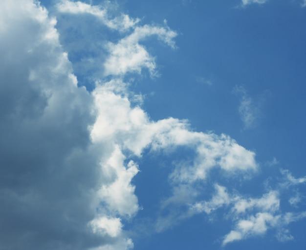 Nieba tło z chmurami