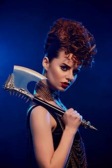 Niebezpieczna kobieta z ostrym toporem