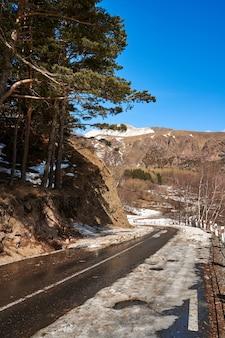 Niebezpieczna kręta droga wśród gór. serpentyna górska wczesną wiosną. spektakularny krajobraz górski.