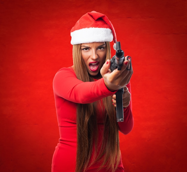 Niebezpieczne nastolatka stwarzających z pistoletu