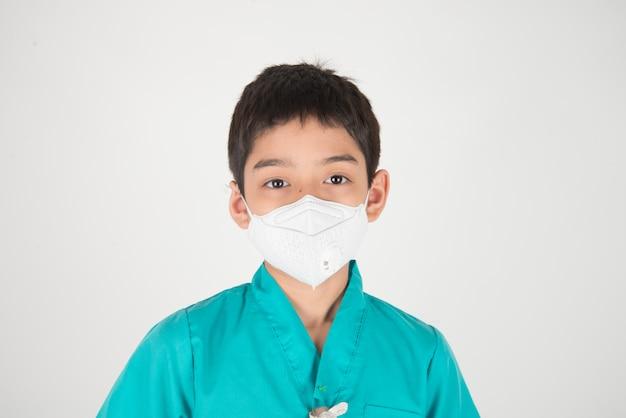 Niebezpieczny poziom złej jakości powietrza zanieczyszczającego dla chorego dziecka, maska ochronna dla chłopca chroni przed pyłem pm 2.5
