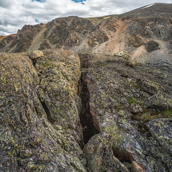 Niebezpieczny uskok w skale granitowej. linia uskoku lub pęknięcie w skale, erozja, pęknięcie w kamieniu.