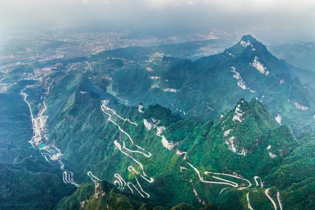 Niebiańska łącząca aleja 99 zakrętów droga do niebiańskiej bramy zhangjiagie tianmen mountain china