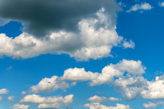 Niebiańskie niebo z białymi chmurami w tle