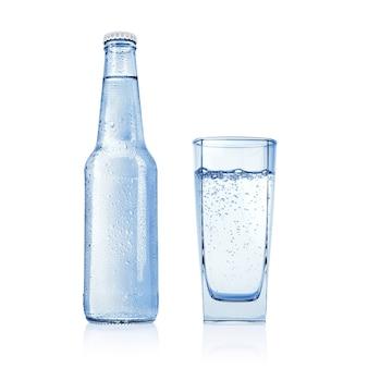 Niebieska butelka z wodą niegazowaną, źródlaną lub mineralną i pełną szklanką na białym tle.