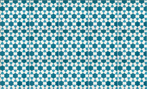 Niebieska dekoracja ścienna z płytek ceramicznych w stylu vintage