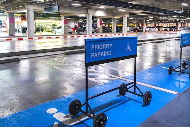 Niebieska etykieta priorytet parking znak na parking samochodowy w centrum handlowym.