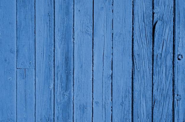 Niebieska faktura drewna z naturalnymi wzorami. klasyczny niebieski kolor. kolor roku 2020. modny kolor.