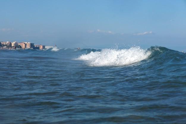 Niebieska fala dociera do brzegu
