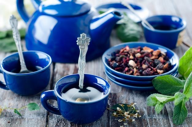 Niebieska filiżanka herbaty.