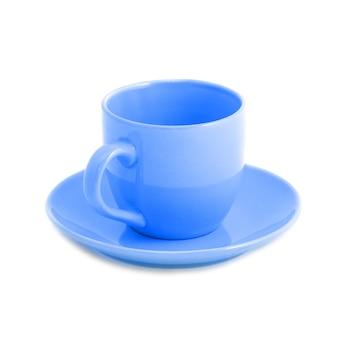 Niebieska filiżanka i spodek na białym tle