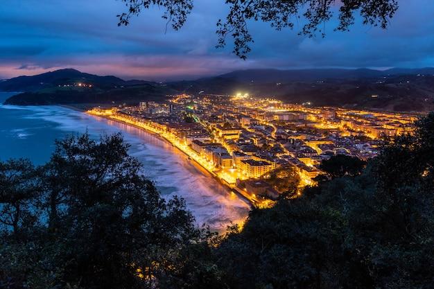 Niebieska godzina nad zarautz, kraj basków.