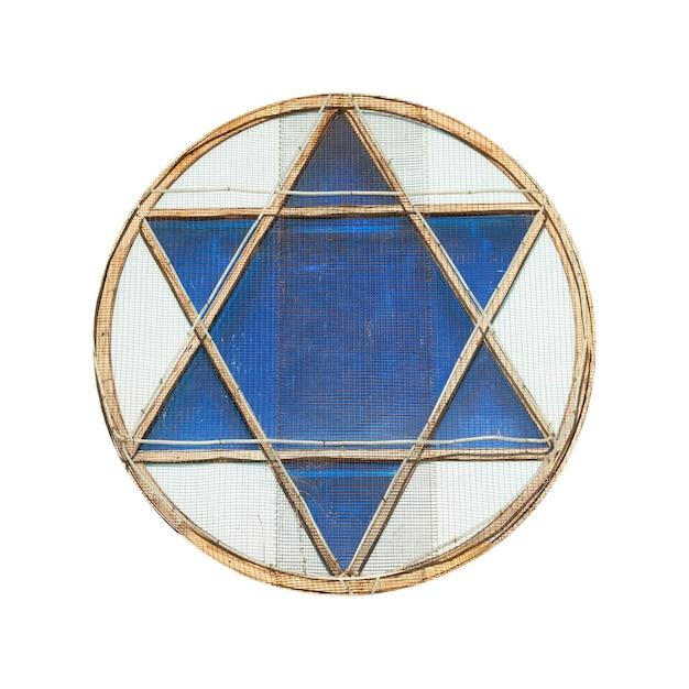 Niebieska gwiazda dawida w oknie na białym tle
