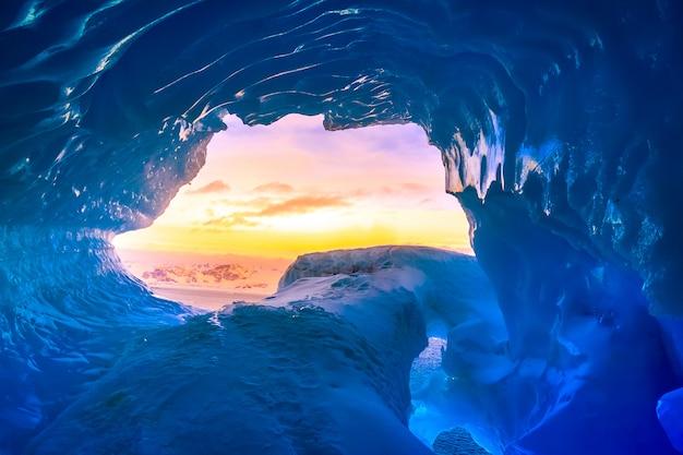 Niebieska jaskinia lodowa na antarktydzie