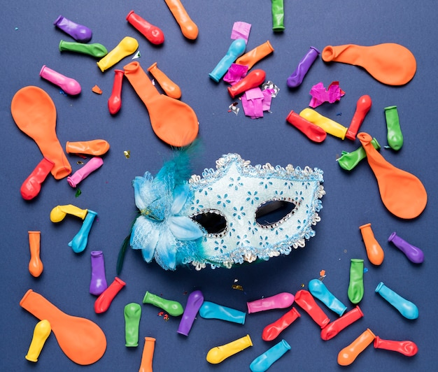 Niebieska karnawałowa maska, kolorowe balony i konfetti