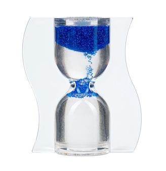 Niebieska klepsydra na białej powierzchni