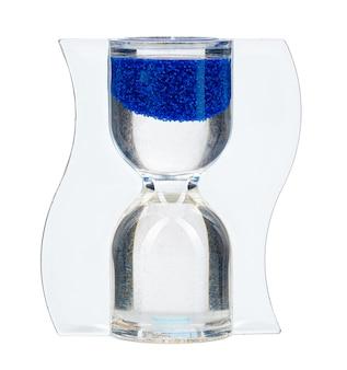 Niebieska klepsydra na białym tle z bliska