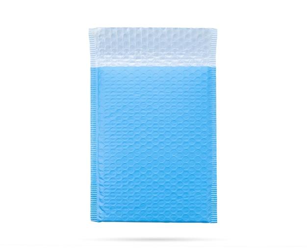 Niebieska koperta z bąbelkami na białym tle