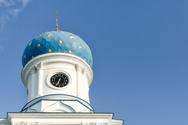 Niebieska kopuła świątyni prawosławnej na tle błękitnego nieba. widok z dołu