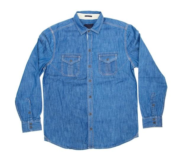 Niebieska koszula męska na białym tle