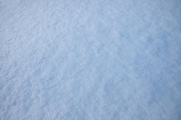 Niebieska kryształowa tekstura płatka śniegu na naturalnym tle sezonu zimowego