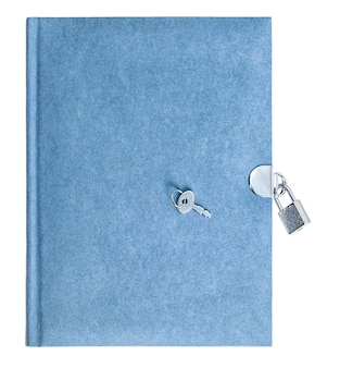 Niebieska książka z kłódką i kluczem na białym tle. papier z recyklingu