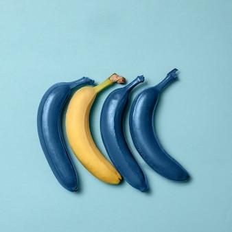 Niebieska linia bananów z jednym czystym bananem