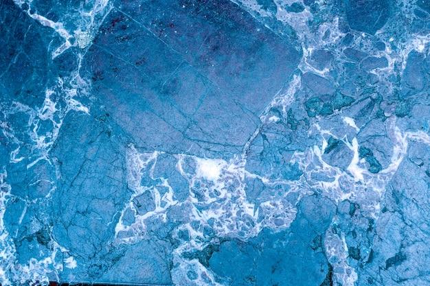 Niebieska marmurowa ściana z kamienia.