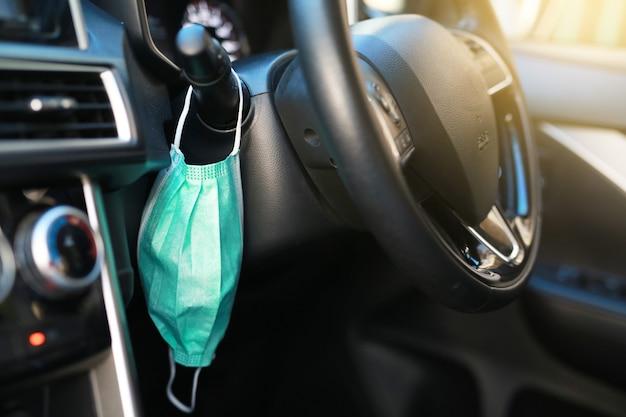 Niebieska maska zapobiegająca covidowi 19 w samochodzie