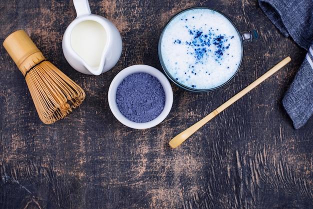 Niebieska matcha latte z mlekiem