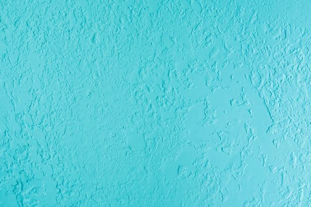 Niebieska otynkowana ściana otynkowana. świeża otvetka w lokalu komercyjnym, projektant remont w domu