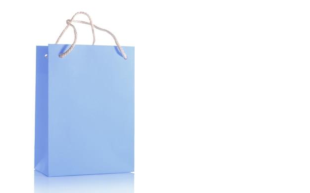 Niebieska papierowa torba na zakupy na białym tle z makietą uchwytów, izolować.