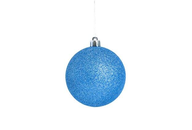 Niebieska piłka boże narodzenie wiszące na białym tle.