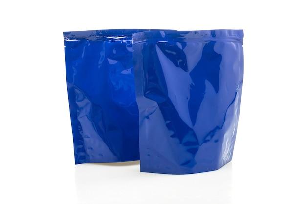 Niebieska plastikowa torba do pakowania na białym tle