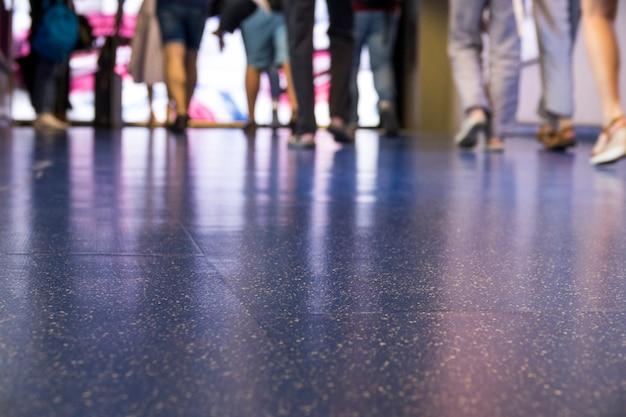 Niebieska podłoga lotniska z koroną chodzącą