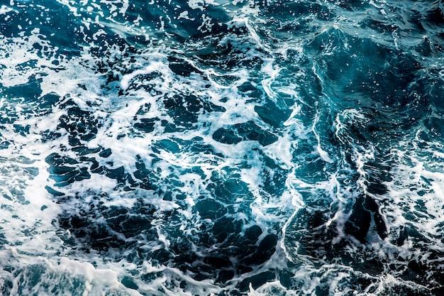 Niebieska powierzchnia wody morskiej, tło wzór fal oceanu