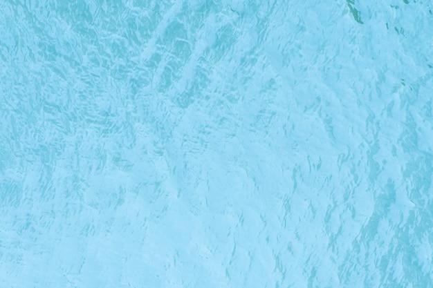Niebieska powierzchnia wody w tle. małe fale na wodzie