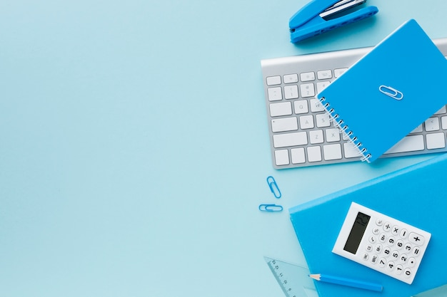Niebieska przestrzeń papeterii i klawiatury